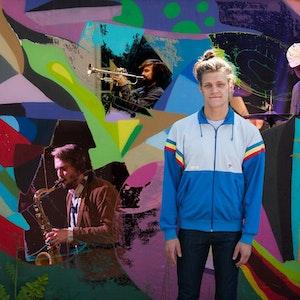 Antti Lähdesmäki står foran vegg med grafitti