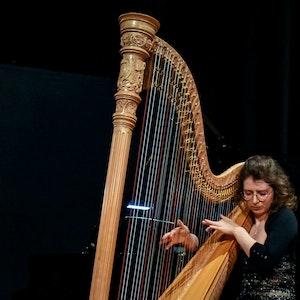 Aseta Kuloeva spiller harpe