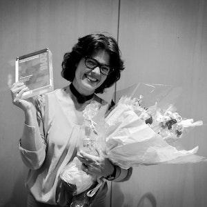 Astrid Kvalbein med likestillingsprisen og blomst i hendene