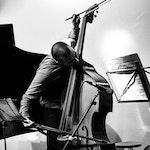 Christian Meaas Svendsen spiller kontrabass med buen høyt opp i luften