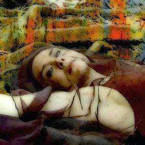 Elisabeth Holmertz ligger i en seng av tegnede stoffer