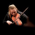 Ingeborg Ulberg Sommer spiller fele på FOLK