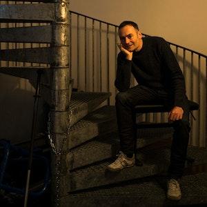 Gunnar Flagstad sitter i trapp
