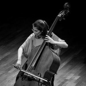 Hanna Cronhjort spiller kontrabass