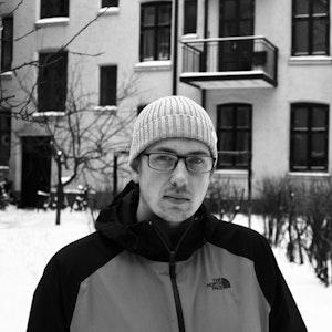Harald Jordal Johannessen foran bygård i snølandskap