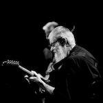 Jon Eberson spiller gitar