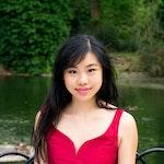 Julie Ye foran innsjø