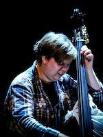 Karl Erik Horndalsveen spiller kontrabass på RÅ