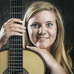 Portrett av Kristina Vårlid med gitar