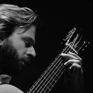 Marcin Dylla spiller gitar