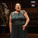 Kvinnelig deltaker fra Dronning Sonja Internasjonale musikkonkurranse synger i grønn kjole.