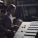 Nora Sjøgren spiller marimba på trommerommet.
