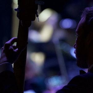 Silhuett av bassist i Nordic Harmony