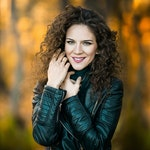 Pressebilde av Olivera Ticevic som står i orange skog