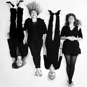 Gruppebilde av Quatuor Metamorphoses som ligger på gulvet