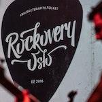 """Et gitarplekter med teksten """"#musikkterapitilfolket, Rockovery Oslo, Est. 2016"""" printet på."""