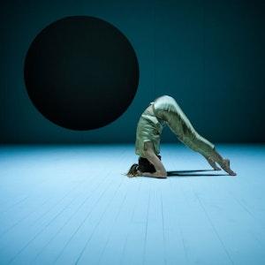 Scenebilde av danser fra forestillingen Her