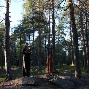 Seshen og Tove Bagge står i skog