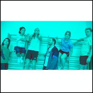 Seks studenter sitter i ulike posisjoner i en ribbevegg. De har alle på seg treningstøy.