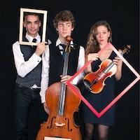 Gruppebilde av Trio Helios med rammer foran ansiktene