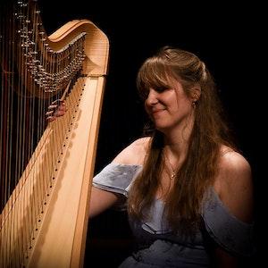 Barbora Plachá på scenen i Levinsalen med harpe