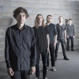 Bandet Yawn på rekke bak hverandre med Torfinn Sommerfeldt Lysne i front.