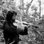 Zosha Warpeha spiller fiolin i en skog