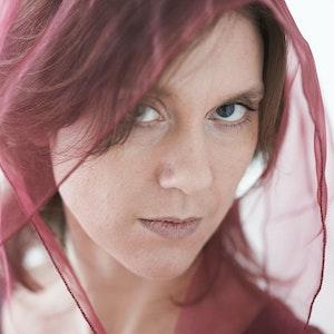 Elisabeth Holmertz med rødt sjal over hodet