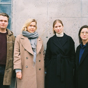 Komponister fra Ensemble 3030 foran betongvegg