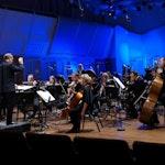 Ensemble Ernst på scenen i blått lus