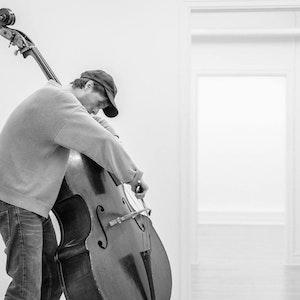 John Andrew Wilhite-Hannisdal spiller kontrabass