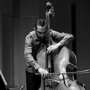Rodrigo Mata spiller kontrabass i Levinsalen