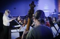 Et ensemble spiller i et mørkt rom.
