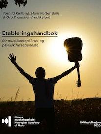 """Forsiden til """"Etableringshåndbok for musikkterapi og rus i psykisk helsetjeneste"""" for 2020, med en mann som står med en gitar i solskinnet."""