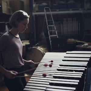 En jente står og spiller på vibrafon