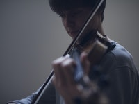 En student spiller fiolin.