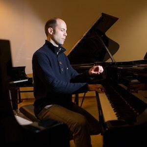 Jan Gunnar Sørbø sitter alene i et rom fullt av flygler og spiller konsentrert på ett av dem.