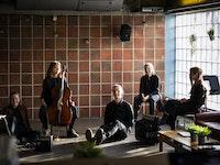 Fem studenter sitter foran vinduet i glassbaren, Chateau Neuf, alle med hvert sitt instrument.